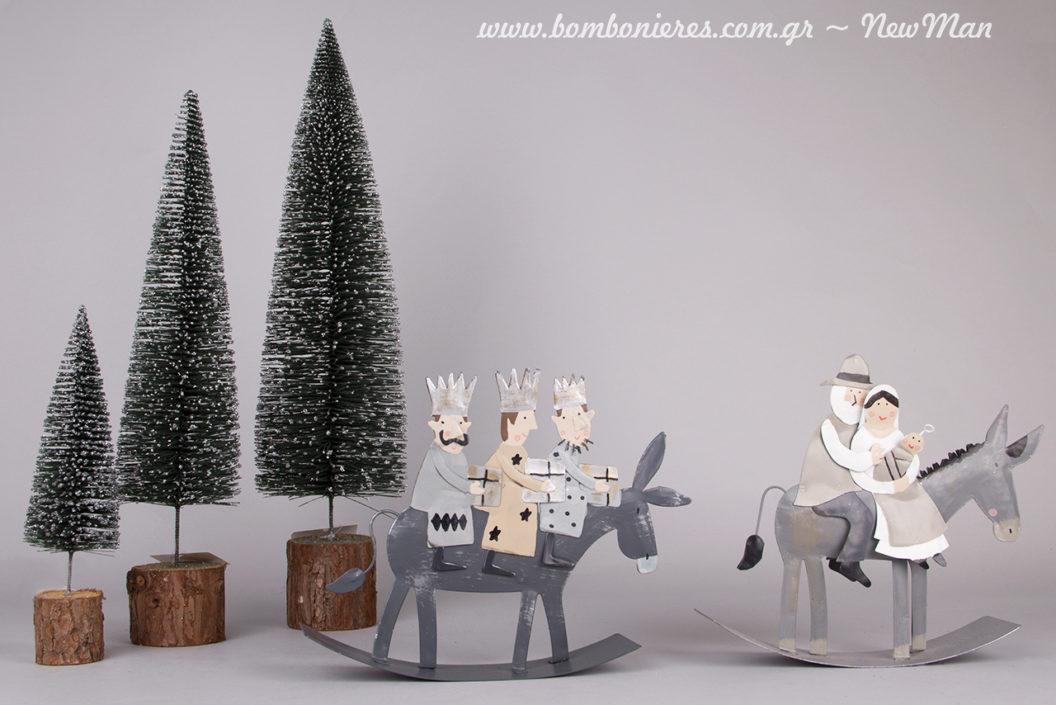 Μίνιμαλ διακόσμηση σε ασημένιους τόνους με υπέροχα διακοσμητικά αντικείμενα και μίνι χιονισμένα δεντράκια.