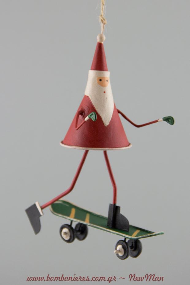 Κρεμαστό στολίδι με Άγιο Βασίλη πάνω σε σούπερ-ντούπερ μοντέρνο skateboard (10cm).
