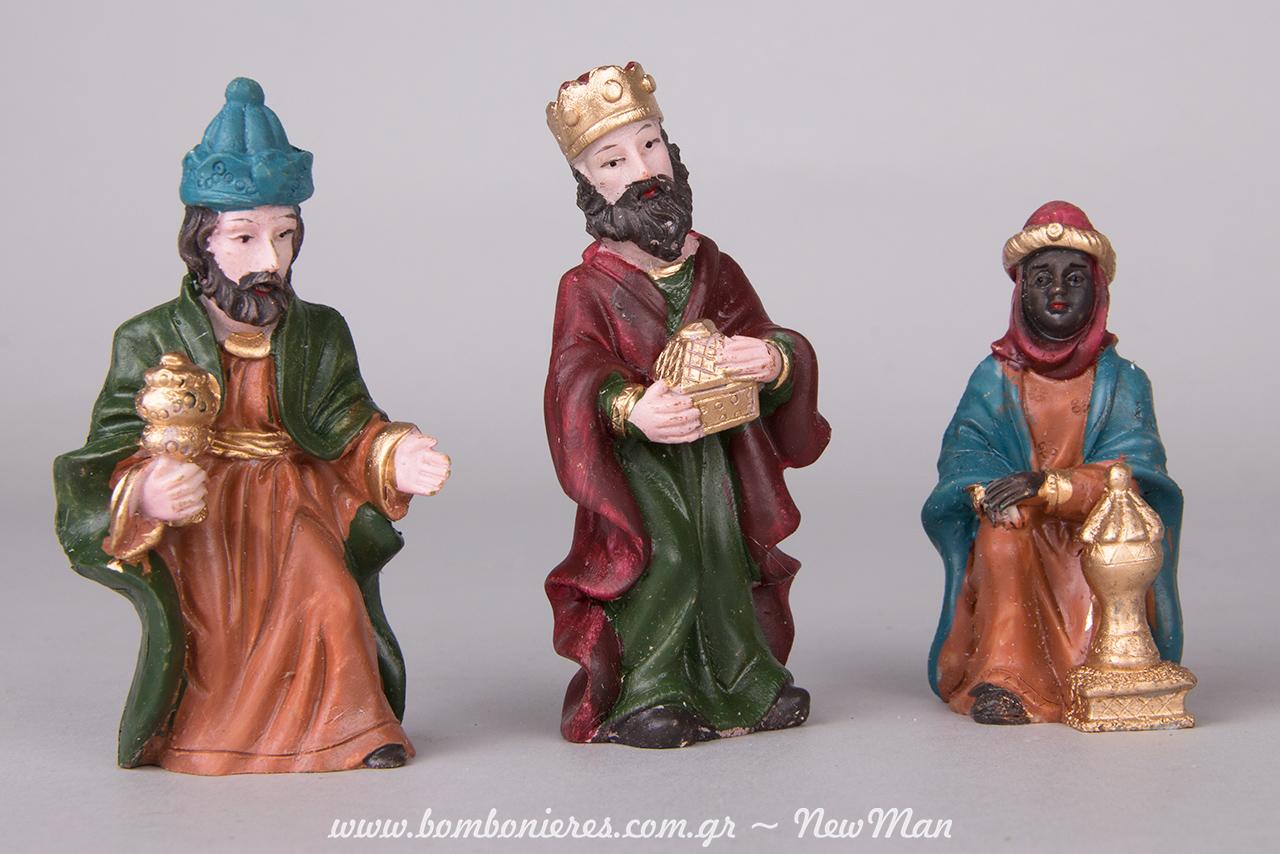 Φιγούρες των τριών Μάγων με τα δώρα τους: λιβάνι, χρυσό και σμύρνα.