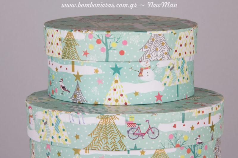 Στο υπέροχο αυτό σχέδιο πρωταγωνιστούν: χιονάνθρωποι, ποδήλατα, πουλάκια και σούπερ χαριτωμένα χριστουγεννιάτικα δέντρα με αστέρι.