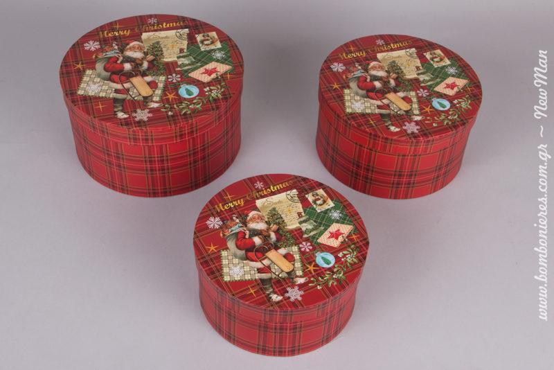 Στρογγυλά χάρτινα κουτιά σε καρό κόκκινο με Αγ. Βασίλη που σας εύχεται Merry Christmas. Διατίθεται σε εφτά διαφορετικά μεγέθη: (φ21x12cm, φ24x14cm, φ27x16cm, φ30x18cm, φ16x8cm, φ18x9cm, φ20x11cm).