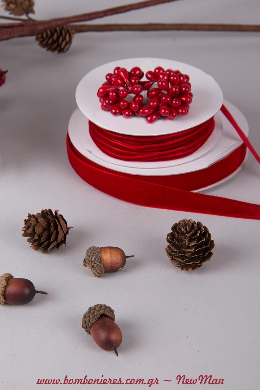 Κουκουνάρια, βελανίδια, βελούδινες κορδέλες σε δυο διαφορετικά φάρδη και γκι (δάκρυ) είναι μερικά από τα υλικά που θα χρειαστείτε για την δημιουργία της.