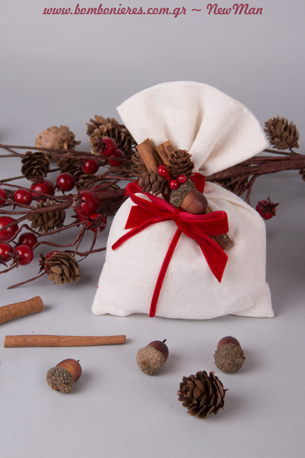 Βελανίδια, κουκουνάρια, κλαδί με μπιλάκια, γκι (δάκρυ) και βελούδινες πορφυρές κορδέλες για μια εορταστική μπομπονιέρα που θα ξεχωρίσει.