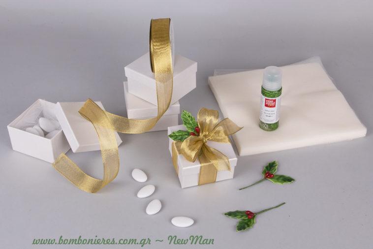 Χριστουγεννιάτικη μπομπονιέρα σε κουτί, διακοσμημένη με χρυσαφένια κορδέλα (σύρμα) και μπουτονιέρα γκι.