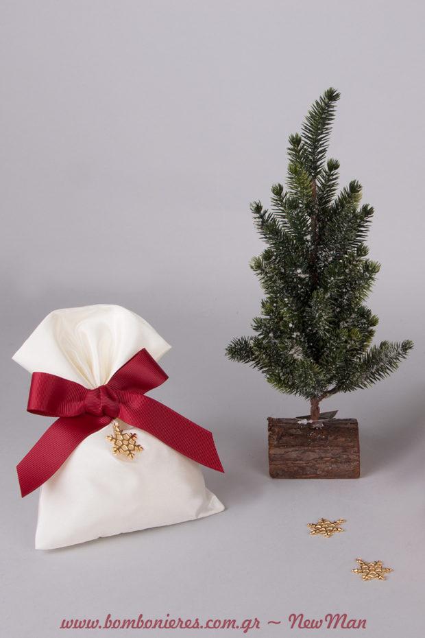 Λιτή μπομπονιέρα σε πουγκί από ταφτά, διακοσμημένη με μπορντό κορδέλα και χιονονιφάδα (μεταλλική) και διακοσμητικά δεντράκια με έμπνευση Χριστούγεννα.