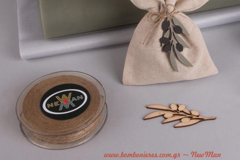 Τα ξύλινα κλαδιά ελιάς (8cm) διατίθενται σε συσκευασία των έξι τεμαχίων. Μην ξεχάσετε να προμηθευτείτε επίσης και κορδόνι γιούτα ψιλό.