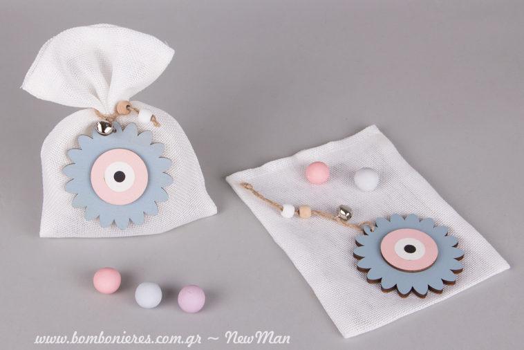 DIY συμβολική μπομπονιέρα βάπτισης σε λευκό πουγκί (καμβάς) με ξύλινο λουλουδένιο μάτι σε παστέλ αποχρώσεις (ροζ-γαλάζιο).