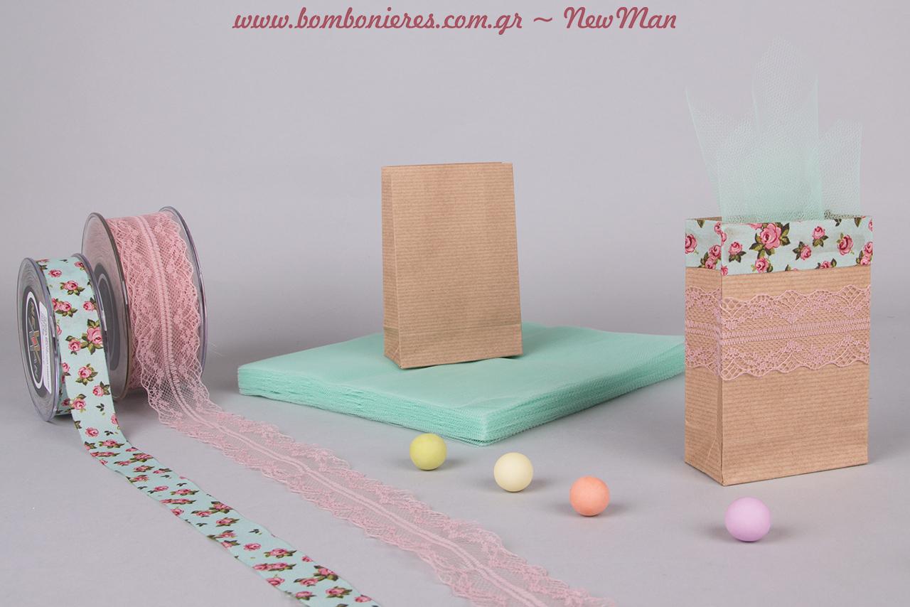 Τα υλικά που θα χρειαστείτε για την δημιουργία της: δυο ειδών κορδέλες (φλοράλ + δαντέλα), μίνι φακέλους kraft, τούλι ελληνικό και κουφέτα Χατζηγιαννάκης.