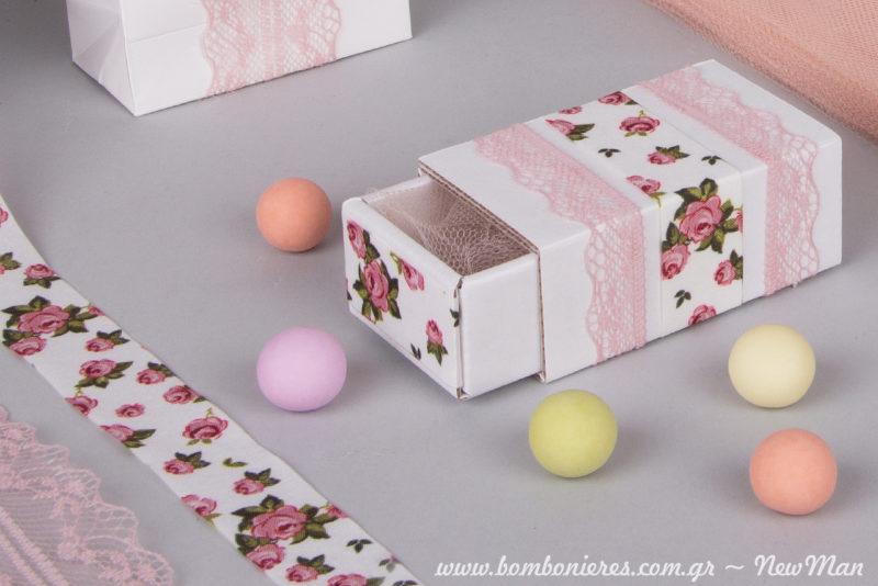 Μη ξεχάσετε να τυλίξετε τα κουφετάκια σε τούλι ελληνικό (ροζ) πριν τα τοποθετήσετε μέσα στο σώμα της μπομπονιέρας.