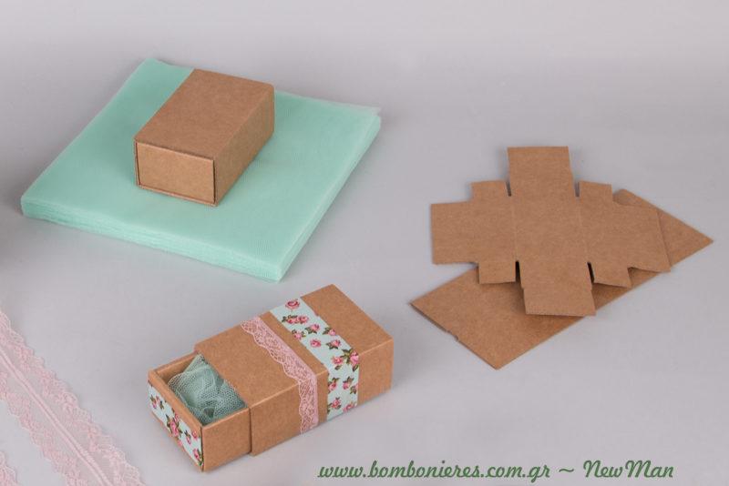 Θυμηθείτε το μυστικό μας: οι κορδέλες πρέπει να κολληθούν πάνω στα κουτιά πριν προχωρήσετε στη συναρμολόγησή τους.