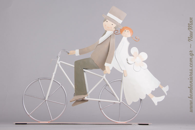 Μεταλλικός Γαμπρός + Νύφη σε ποδήλατο (20cm) για τα centerpieces της γαμήλιας δεξίωσης ή για τη διακόσμηση και το στολισμό σας.