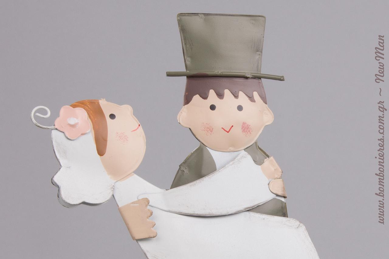 Χαριτωμένος Γαμπρός + Νύφη αγκαλιά σε μια σούπερ διασκεδαστική μεταλλική τραμπάλα (18cm).