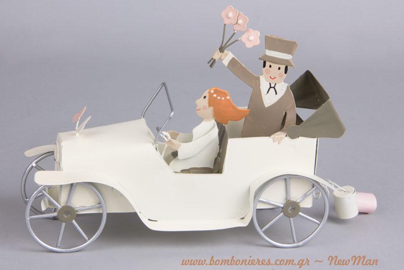 Μεταλλικό διακοσμητικό με Γαμπρό + Νύφη σε αυτοκίνητο εποχής με τενεκεδάκια, το οποίο μάλιστα οδηγεί η νύφη (20cm).