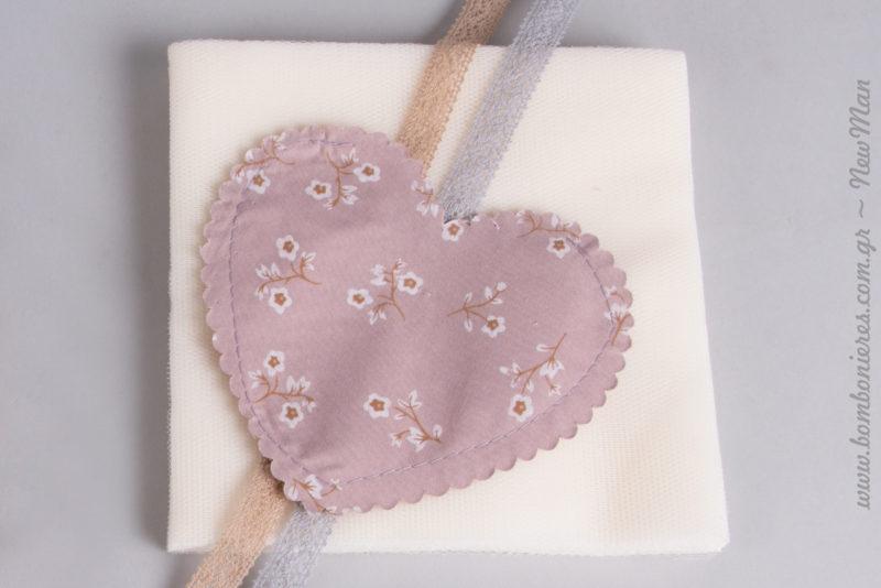 Πουγκί καρδούλα με φλοράλ μοτίβο (11 x 12cm) σε ροζ απόχρωση. Διατίθεται σε συσκευασία των 20 τεμαχίων.