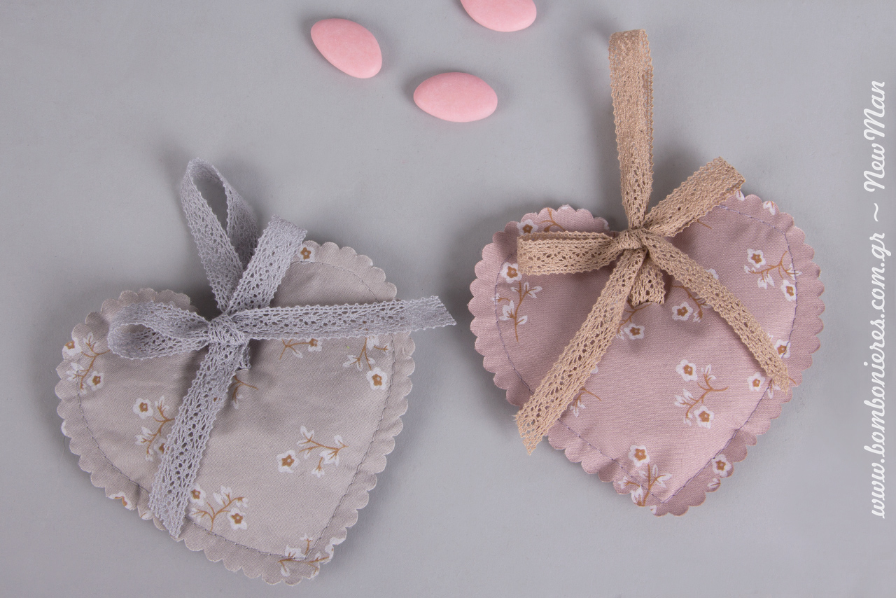 Συνδυάστε τα πουγκιά- καρδούλες με δαντελοκορδέλα, δημιουργώντας χαριτωμένα φιογκάκια και με κουφέτα Χατζηγιαννάκης σε αντίστοιχες αποχρώσεις (ροζ ή σιέλ).