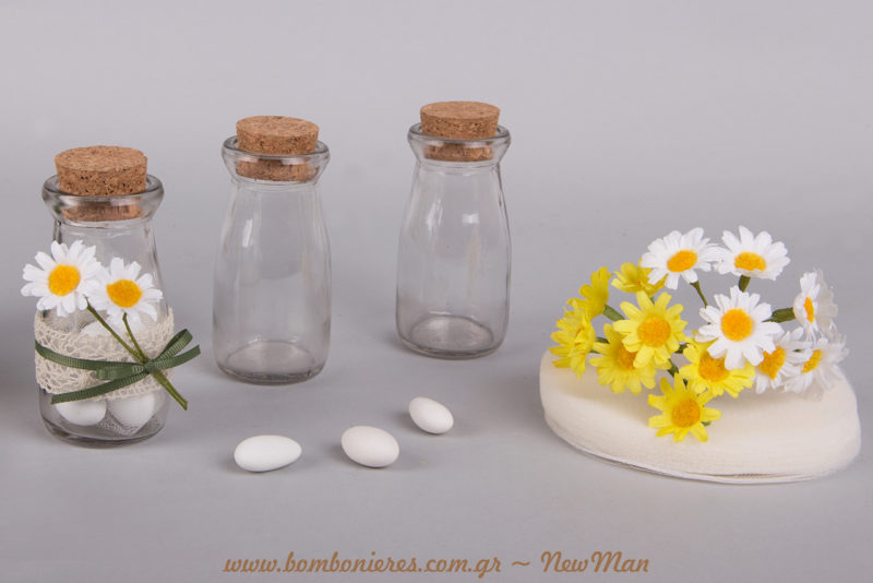 Γυάλινα βαζάκια με φελλό, τούλι ελληνικό και διακοσμητικές μαργαριτούλες (ματσάκι) σε λευκό ή κίτρινο χρώμα είναι μερικά από τα υλικά που θα χρειαστείτε.
