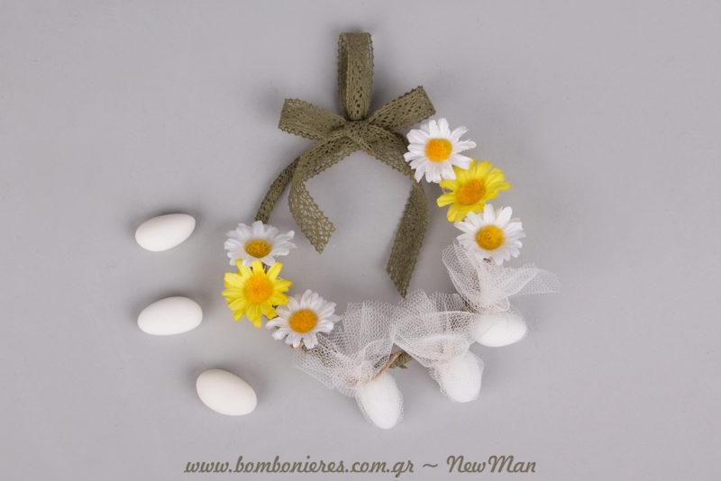 Μπομπονιέρα-στεφανάκι για τον ανοιξιάτικο γάμο ή τη βάπτιση, διακοσμημένο με δαντελορδέλα και διακοσμητικές μαργαριτούλες.