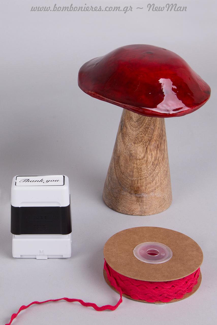 Τα ξύλινα κόκκινα μανιτάρια, η σφραγίδα Βrother και η κορδέλα Zig-Zag σε κόκκινο χρώμα θα σας βοηθήσουν να δημιουργήσετε ένα υπέροχο αποτέλεσμα.