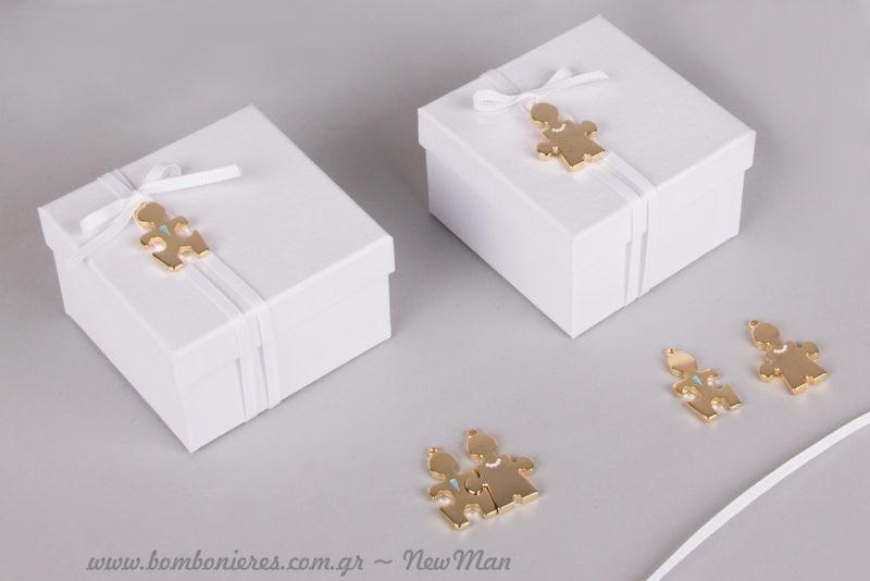 DIY μπομπονιέρα γάμου «Το άλλο μου μισό» σε λευκό χάρτινο κουτί, διακοσμημένο με κορδέλα γκρο και κομμάτια παζλ Γαμπρός & Νύφη σε χρυσαφένια απόχρωση.