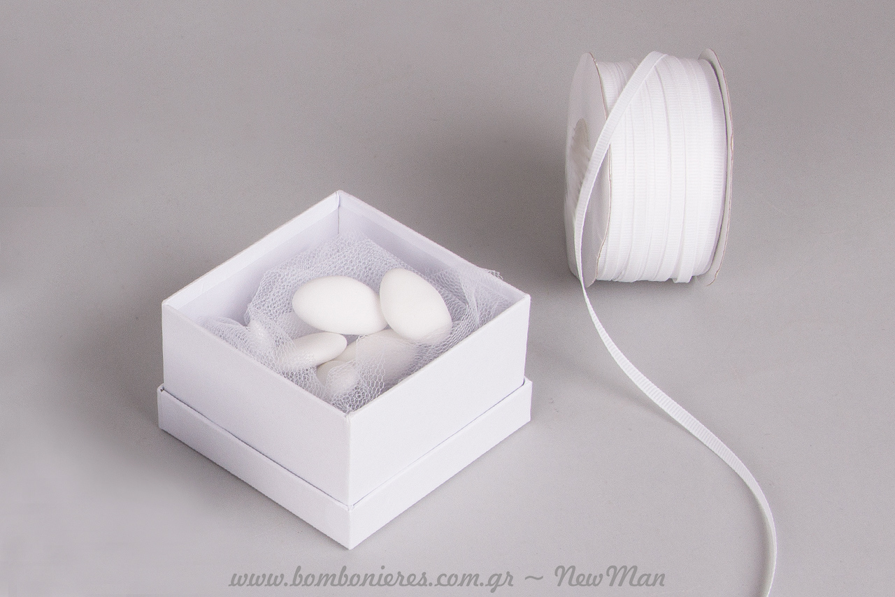 Τυλίχτε τα κουφέτα σε τούλι ελληνικό πριν τα τοποθετήσετε μέσα στο χάρτινο κουτί της μπομπονιέρας.