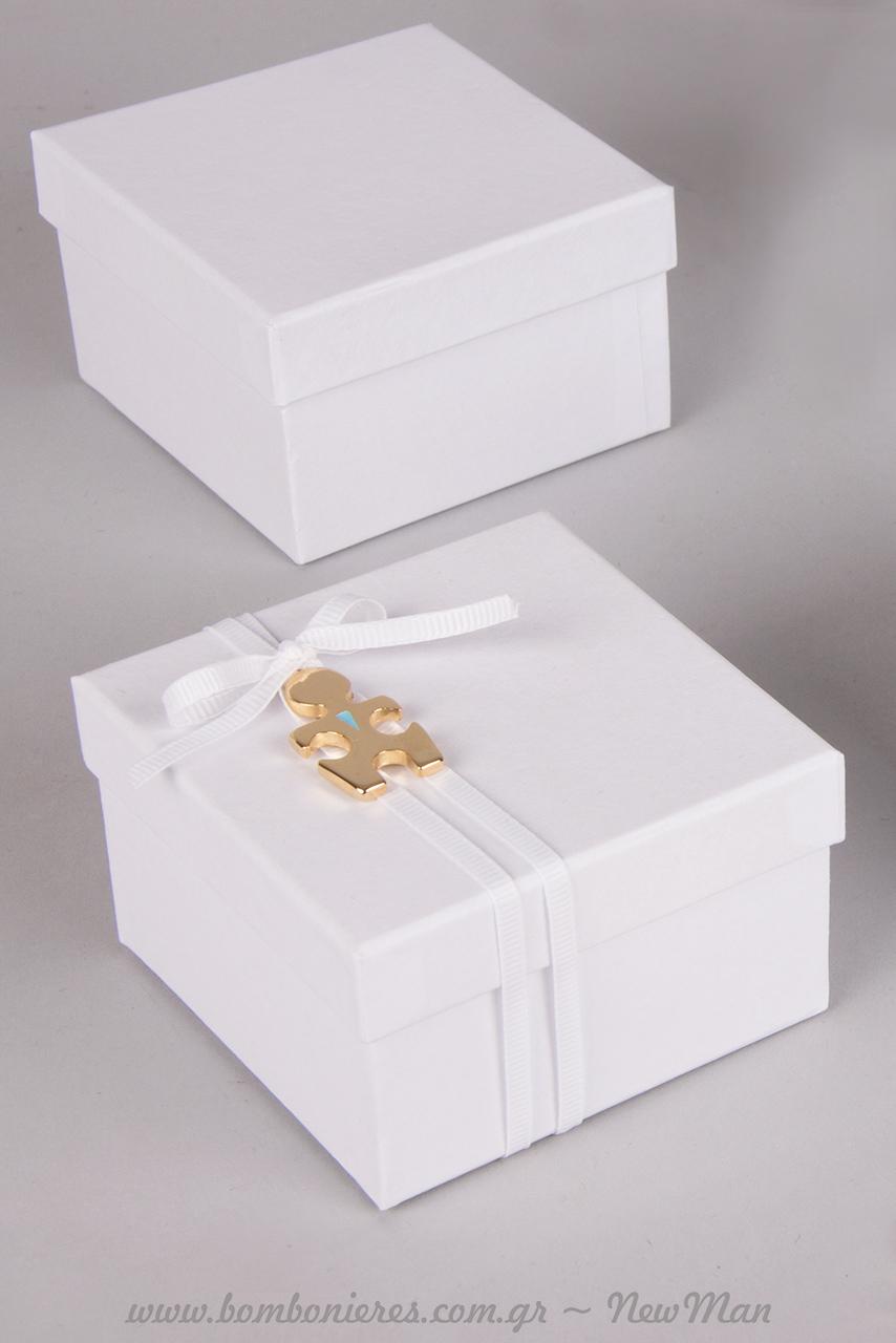 Το μεταλλικό διακοσμητικό κομμάτι παζλ του γαμπρού «φοράει» γαλάζια γραβάτα όπως η νύφη, αντίστοιχα, πέρλες.