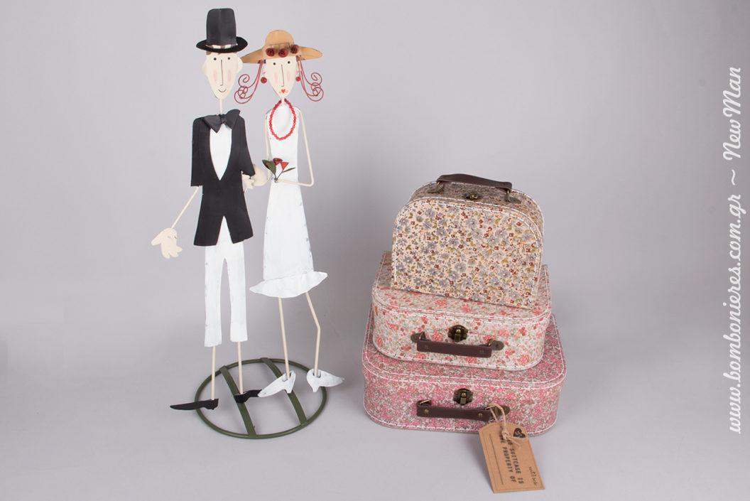 Ζευγάρι νεονύμφων (27 x 60cm) και φλοράλ βαλιτσάκια σε τρία διαφορετικά μεγέθη και αποχρώσεις για τη διακόσμηση και το στολισμό του γάμου σας.