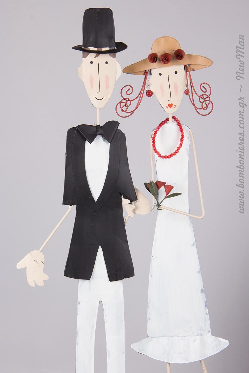 Διακοσμητικό ζευγάρι νεονύμφων με υπέροχες λεπτομέρειες σε ανοιξιάτικο, ρομαντικό ύφος.