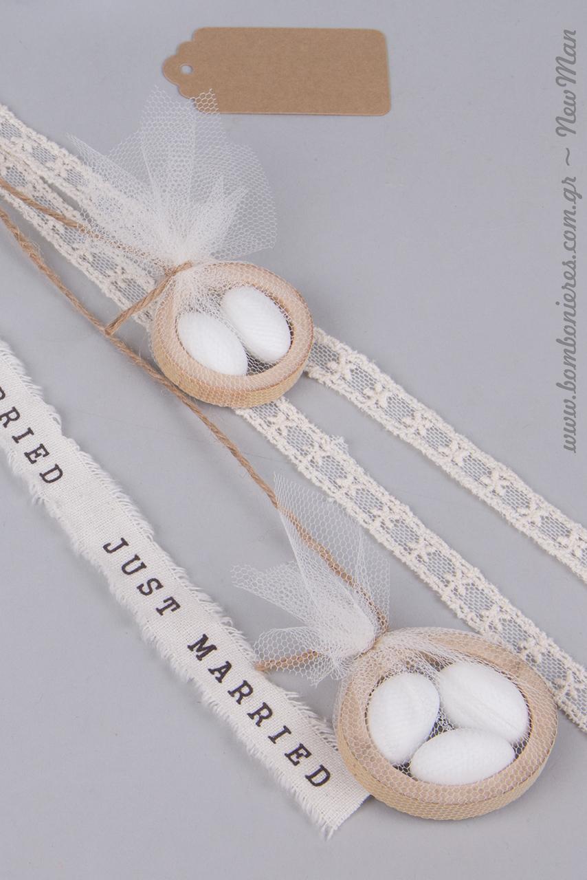Δημιουργήστε τις χαριτωμένες αυτές μίνι μπομπονιέρες σε φέτες μπαμπού, τις οποίες θα ενσωματώσετε στις κρεμαστές μπομπονιέρες Just Married.