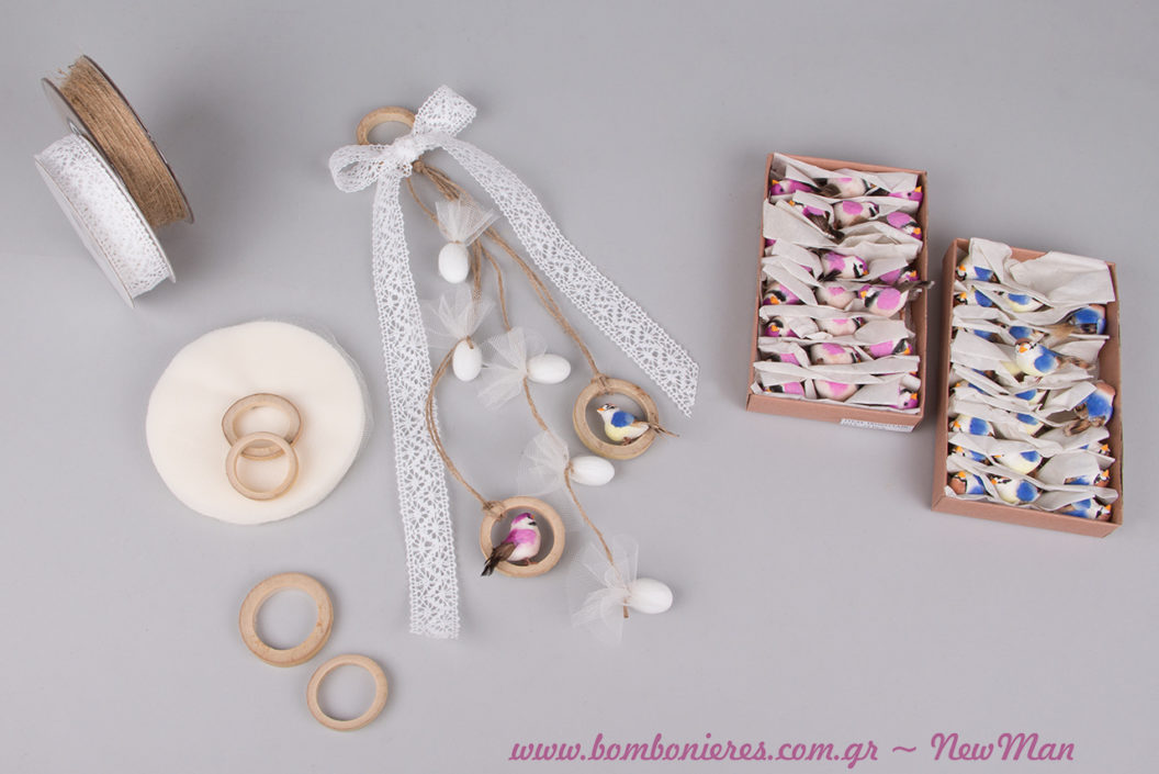 Κρεμαστή μπομπονιέρα γάμου Lovebirds, αποτελούμενη από ξεχωριστά και ιδιαίτερα υλικά όπως φέτες μπαμπού και διακοσμητικά πουλάκια (μπλε + ροζ).