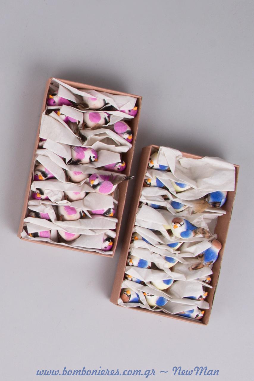 Τα διακοσμητικά πουλάκια διατίθενται ανά χρώμα σε συσκευασία των 24 τεμαχίων και έχουν διαστάσεις 3 x 2cm.
