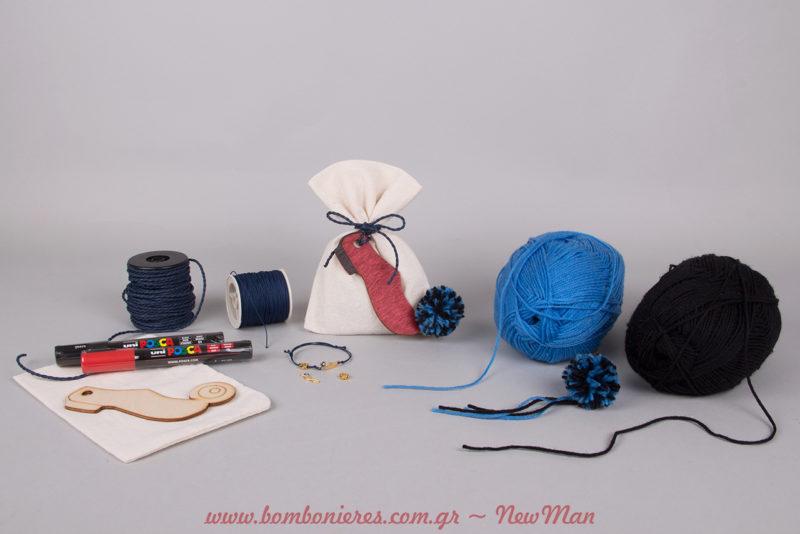 Μπομπονιέρες βάπτισης σε πουγκί και μαρτυρικά βραχιολάκια με θέμα το παραδοσιακό ελληνικό τσαρούχι.