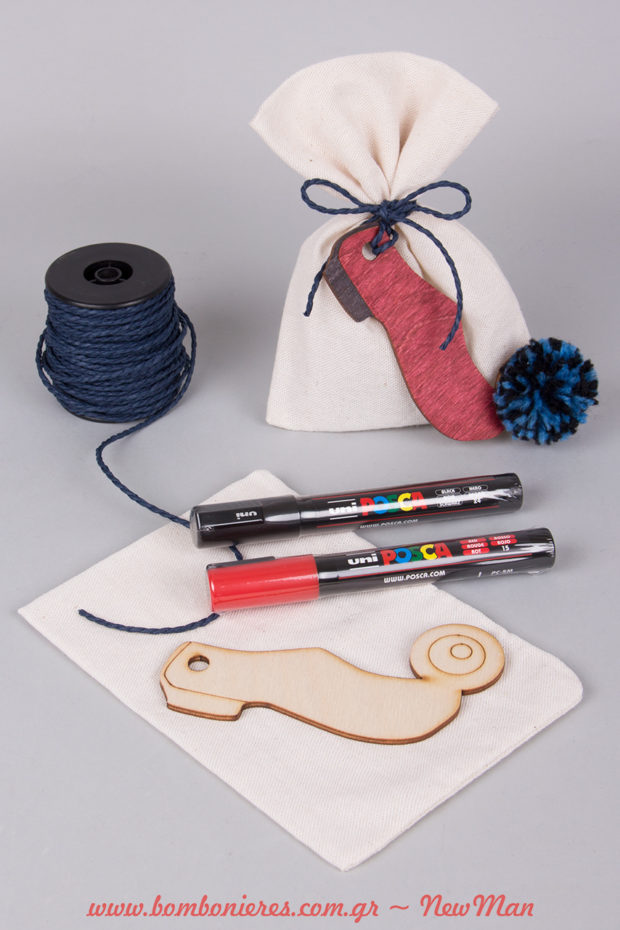 DIY μπομπονιέρα «Ο μικρός τσολιάς» σε υφασμάτινο πουγκί, διακοσμημένο με χάρτινο κορδόνι (μπλε σκούρο) και ζωγραφισμένο τσαρούχι με φούντα.