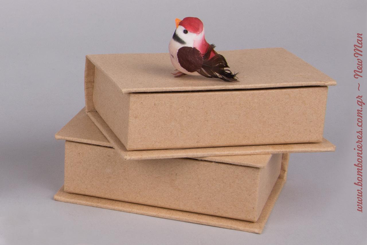 Η μελωδία της αγάπης σας τώρα σε μπομπονιέρα. Για τη δημιουργία της θα χρειαστείτε μεταξύ άλλων χάρτινα κουτιά-βιβλία kraft και διακοσμητικά πουλάκια.