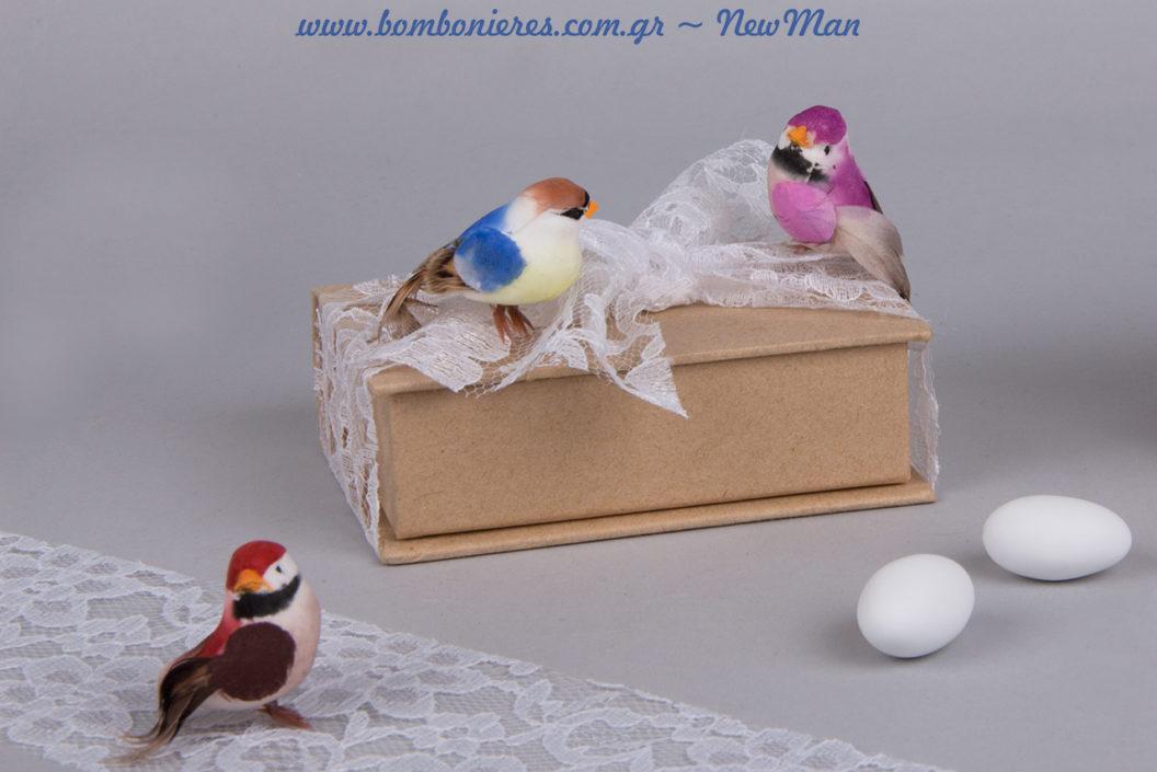 Διακοσμήστε το χάρτινο κουτί-βιβλίο kraft με υφασμάτινη δαντέλα Venezzia και διακοσμητικά πουλάκια σε ροζ, μπλε και κόκκινο χρώμα.