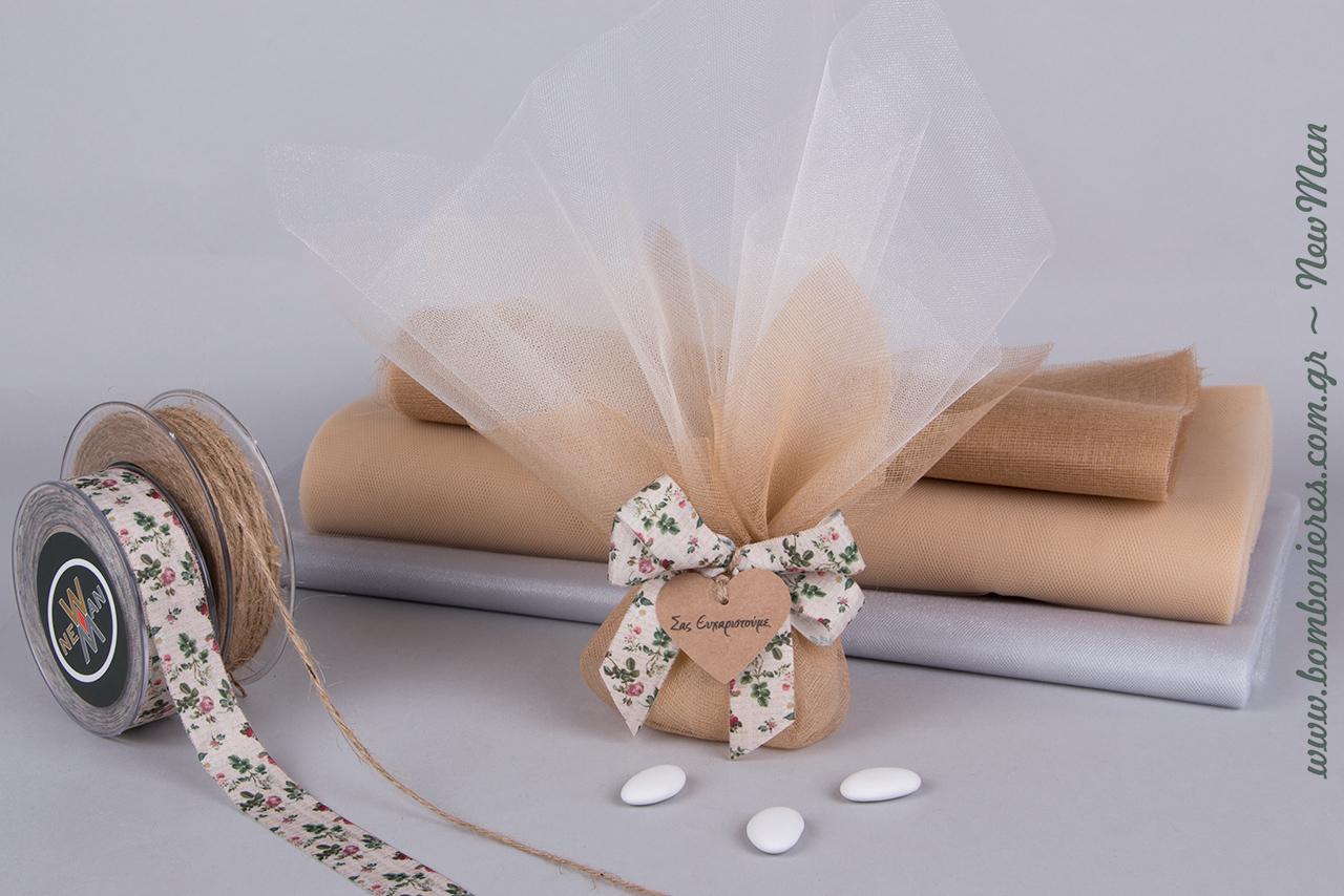 Τούλινη μπομπονιέρα σε γήινες αποχρώσεις διακοσμημένη με φλοράλ κορδέλα ποπλίνα Le Campagne και δαντελένια καρδιά με ευχαριστήριο μήνυμα.
