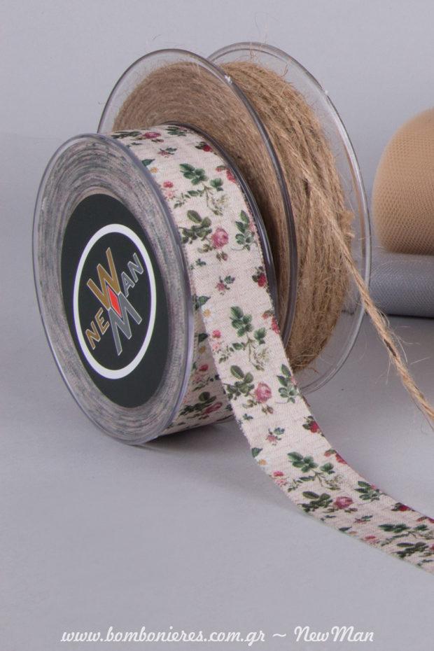Για τη δημιουργία της θα χρειαστείτε επίσης κορδόνι γιούτα ψιλό και υφασμάτινη κορδέλα ποπλίνα ριγέ Le Campagne με φλοράλ μοτίβο (2.30cm x 25m).