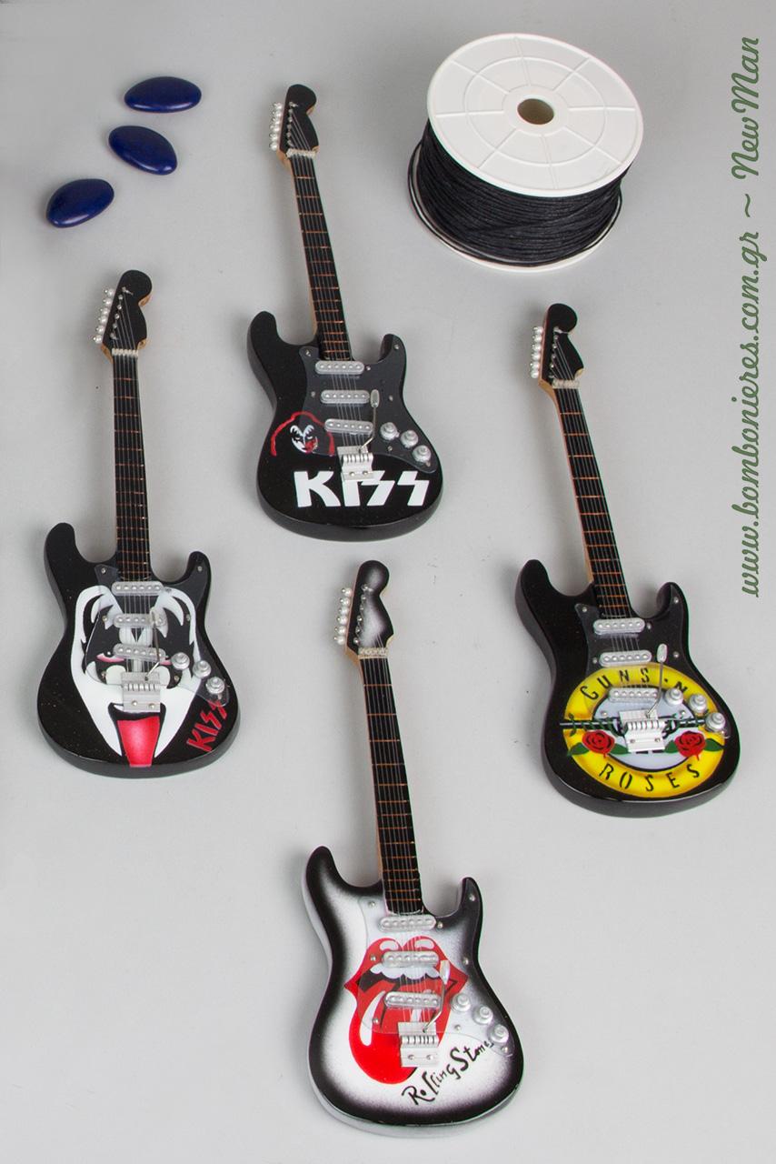 Διακοσμητικές ξύλινες ηλεκτρικές κιθάρες με ονόματα και στυλ διαφορετικών μουσικών συγκροτημάτων για την μπομπονιέρα της βάπτισης (20cm).