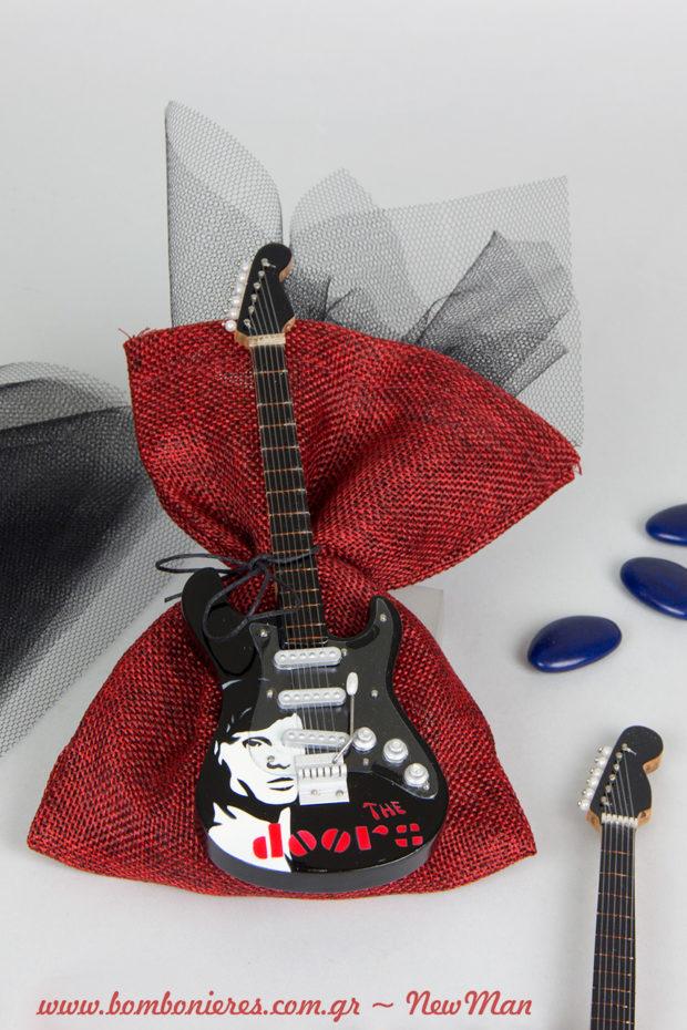 Ροκ μπομπονιέρα σε μπορντό πουγκί (13 x 18cm), διακοσμημένη με μαύρο τούλι και ξύλινη ηλεκτρική κιθάρα (The Doors).