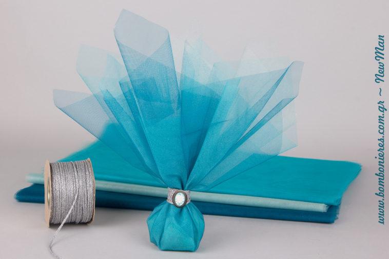Τούλινη μπομπονιέρα σε μπλε αποχρώσεις με δέσιμο δαχτυλίδι και διακοσμητικό κρεμαστό cameo με σχέδιο τριαντάφυλλο.