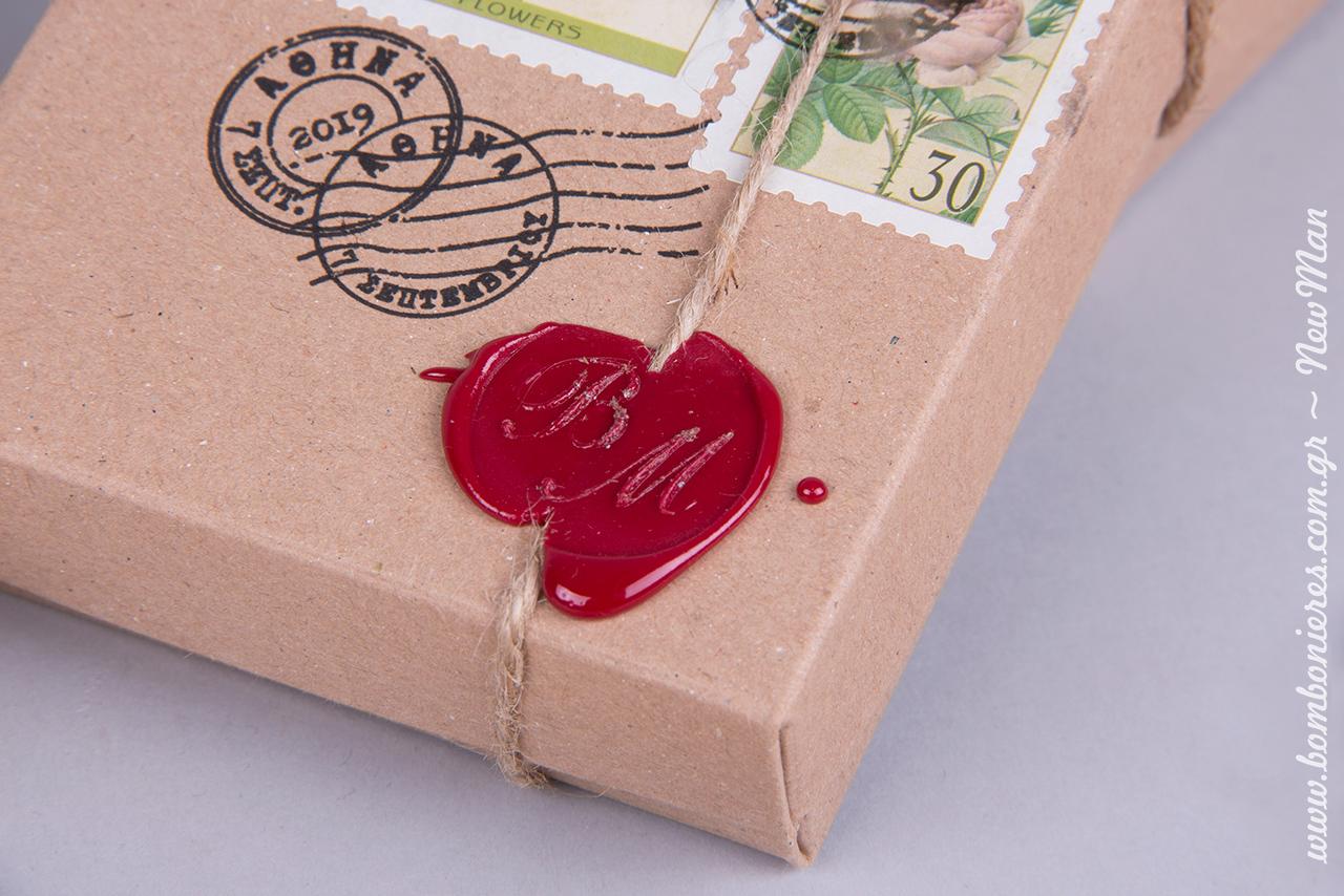 Στο κατάστημά Newman αναλαμβάνουμε να φτιάξουμε ανάγλυφη σφραγίδα/βουλοκέρι με τα αρχικά σας ή με κάποιο άλλο σχέδιο/μήνυμα της επιλογής σας.