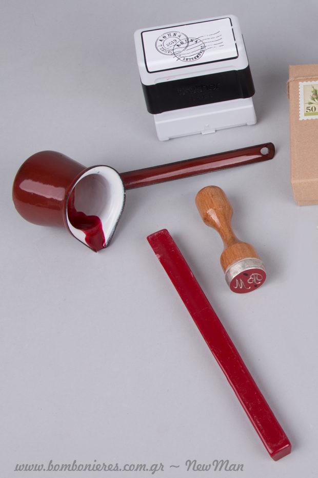 Βουλοκέρι ράβδος (18cm), στρογγυλή σφραγίδα με τα αρχικά σας και μπρίκι ειδικά για την περίπτωση είναι μερικά από τα υλικά που θα χρειαστείτε για το θέμα ερωτική αλληλογραφία.