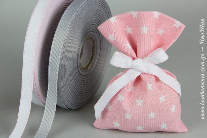 Υφασμάτινο λινό πουγκί με μοτίβο αστέρια (19 x13cm) σε ροζ χρώμα συνδυασμένο με κορδέλα γκρο με γαζί σε ανοιχτό ροζ χρώμα.