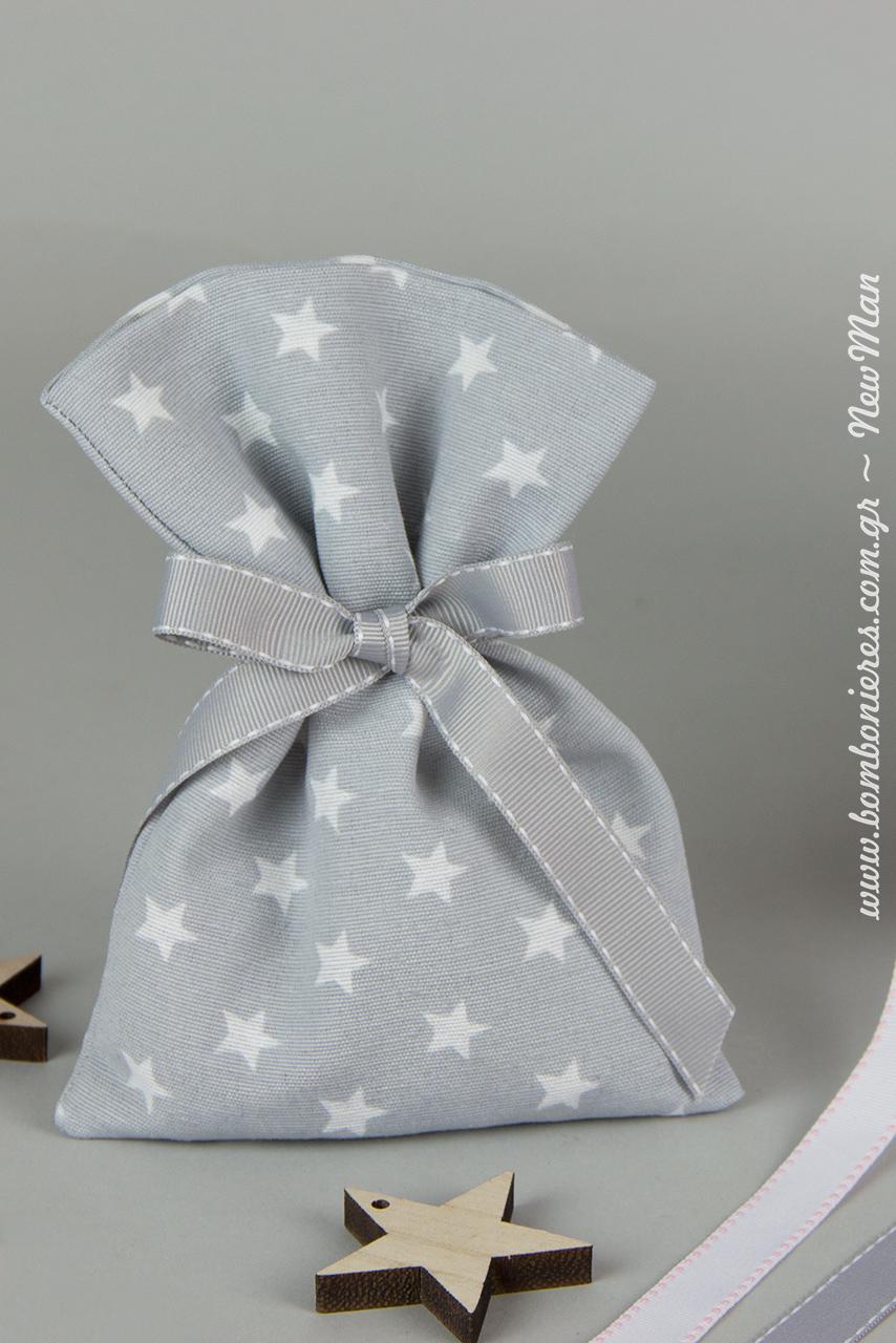 Υφασμάτινο λινό πουγκί με μοτίβο αστέρια (19 x13cm) σε γκρι χρώμα συνδυασμένο με κορδέλα γκρο με γαζί σε αντίστοιχη απόχρωση.