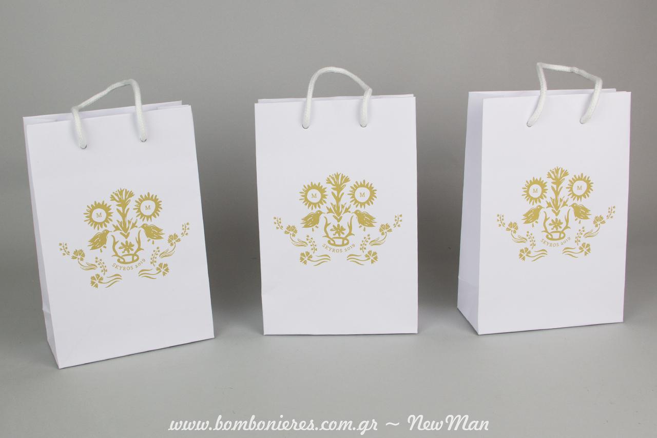 Λευκό χειροποίητο τσαντάκι, τυπωμένο με ψηφιακή εκτύπωση για τα συμβολικά δωράκια του νεόνυμφου ζευγαριού.