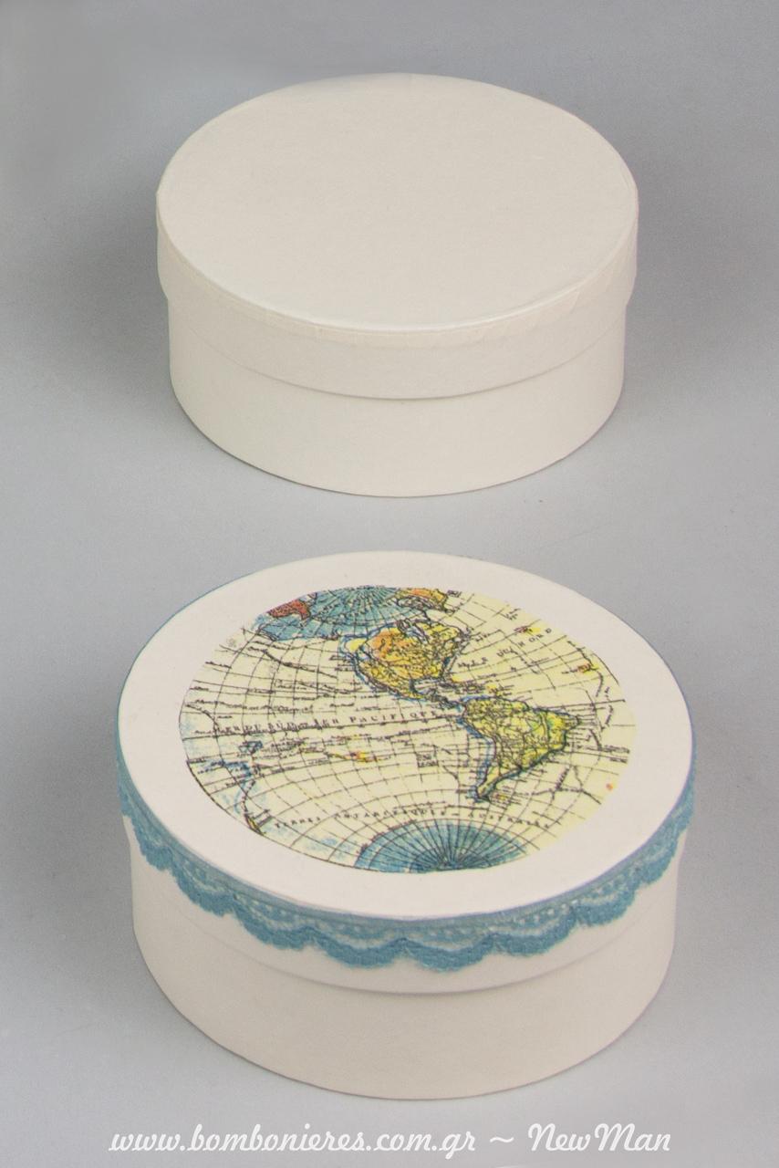 Μπομπονιέρα, «Ο κόσμος μου όλος, εσύ» σε λευκό στρογγυλό κουτί (φ. 10 x 45cm) με την τεχνική ντεκουπάζ και θέμα τον παγκόσμιο χάρτη.