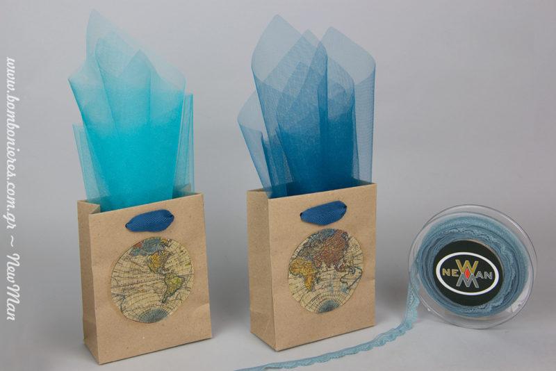 Μπομπονιέρα με θέμα την υδρόγειο σε τσαντάκι χάρτινο kraft (11 x 5 x 14cm), το οποίο διαθέτει χερούλια από κορδέλα φακαρόλα σε ραφ απόχρωση.