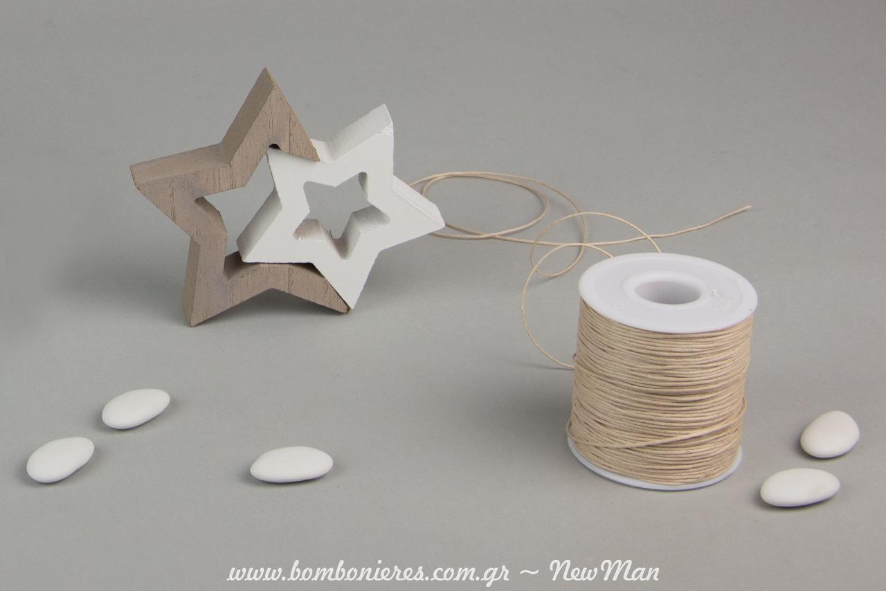 Ενσωματώστε την τούλινη μπομπονιέρα στα διακοσμητικά αστεράκια (12.5 x 10 x 2cm) με κορδόνι κερωμένο.