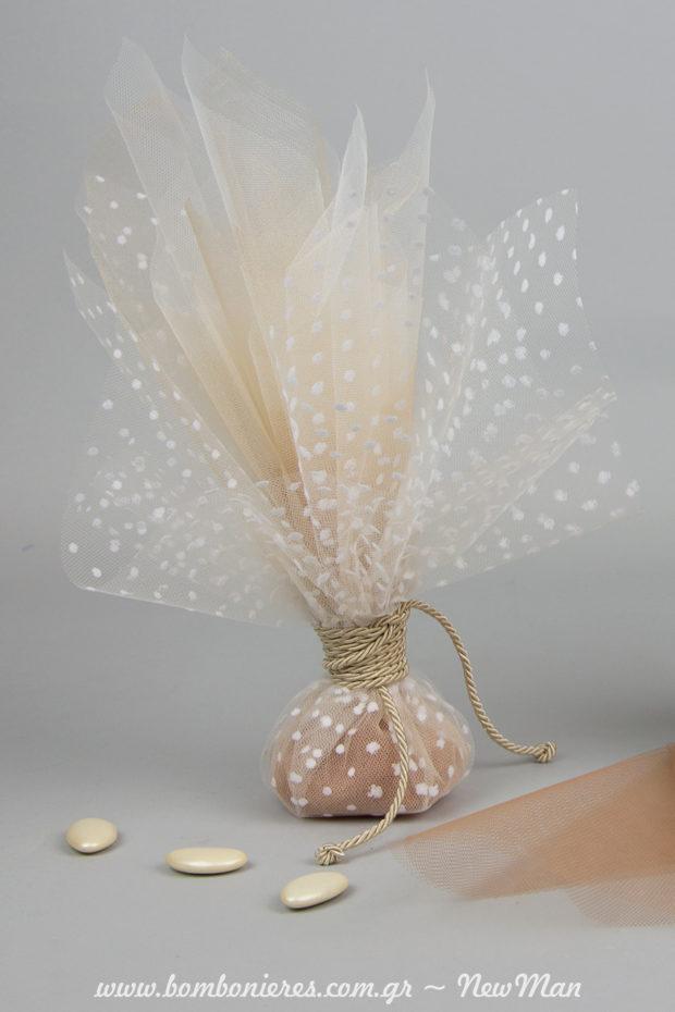 Τούλινη μπομπονιέρα σε nude αποχρώσεις και κουφέτα σοκολάτας Χατζηγιαννάκης Bijoux Supreme σε ιβουάρ.