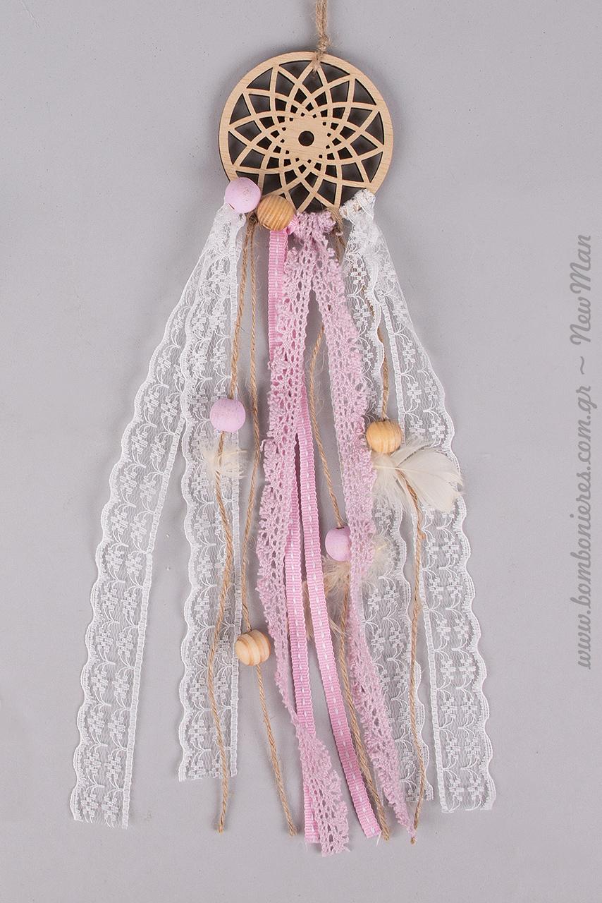 Μικρή ξύλινη διάτρητη Ονειροπαγίδα σε ροζ απόχρωση (7 x 30cm): η ιδανική πρόταση μπομπονιέρας για τη βάπτιση της μικρής σας πριγκίπισσας.