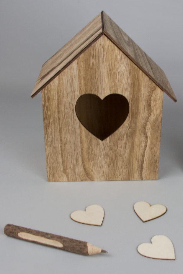 Σπιτένιο κουτί ευχών με σχέδιο καρδιά (21 x 19 x 29cm) συνδυασμένο με ξύλινες καρδούλες (6cm) και ξύλινο στυλό (17cm).